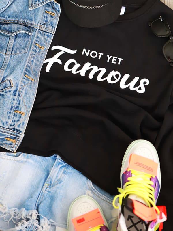 sweater not famous yet tekst zwart wit