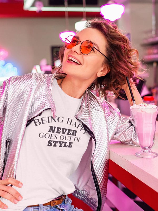 Being Happy Never Goes Out of Style Tekst T-Shirt